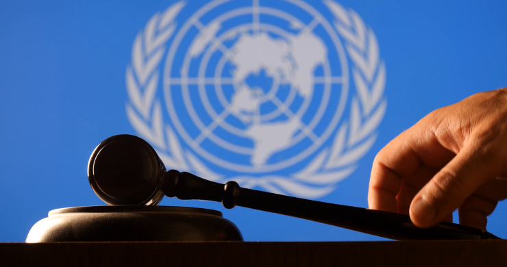 Mun gavel with hand in front of United Nations logo